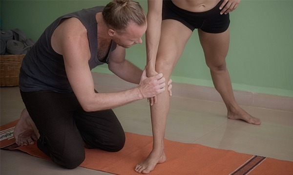 Anatomy teacher explaining knee alignment